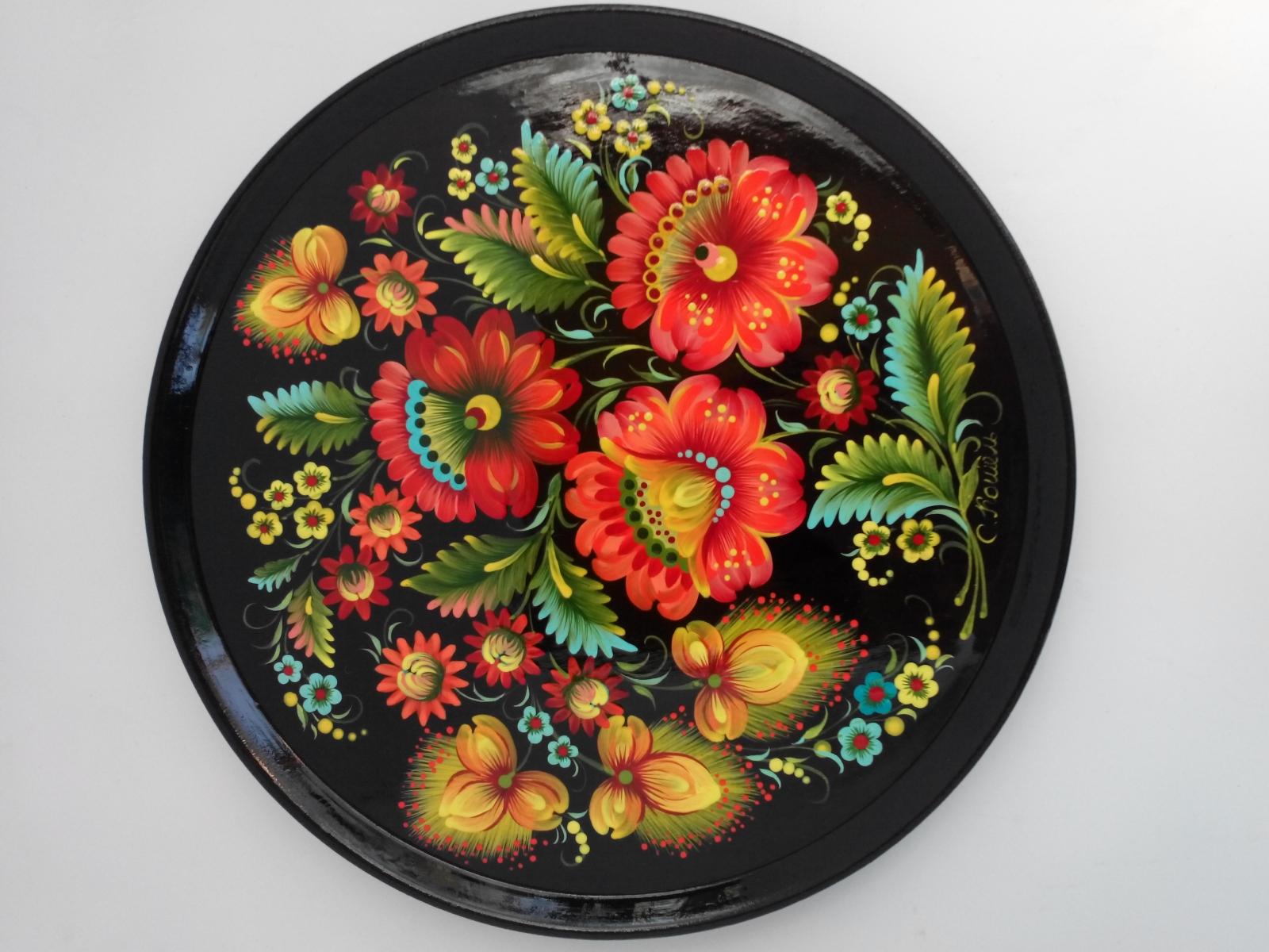 Автор: Светлана Кошель, тарелка на чёрном. Петриковская роспись.