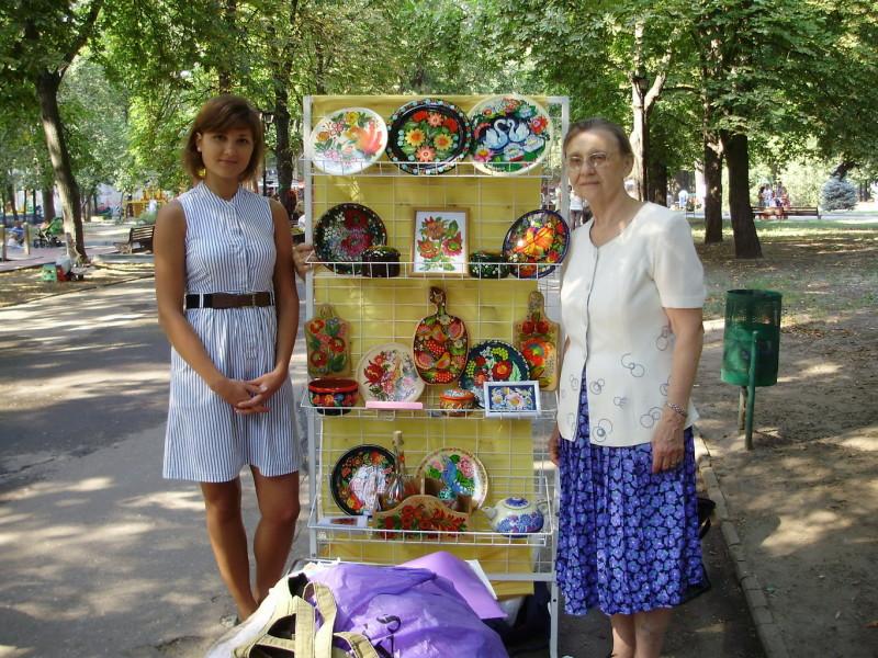 Выпускницы курсов по петриковской росписи Алина Кухаренко (слева) и Таисия Червяк .
