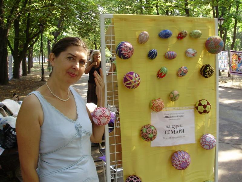 Преподаватель курсов темари Ирина Прядко со своими работами.